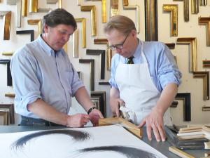 Beim Rahmenmacher und Vergoldermeister Anton Rötger (links im Bild)